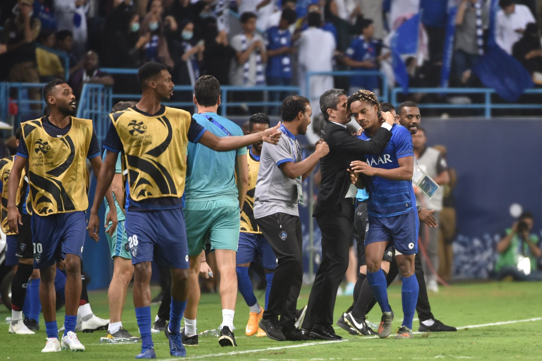 El centrocampista de Hilal Andre Carrillo (R) celebra su gol durante el partido de ida de la final de la Liga de Campeones de la AFC entre Al-Hilal de Arabia Saudita y Urawa Red Diamonds de Japón. Foto: AFP