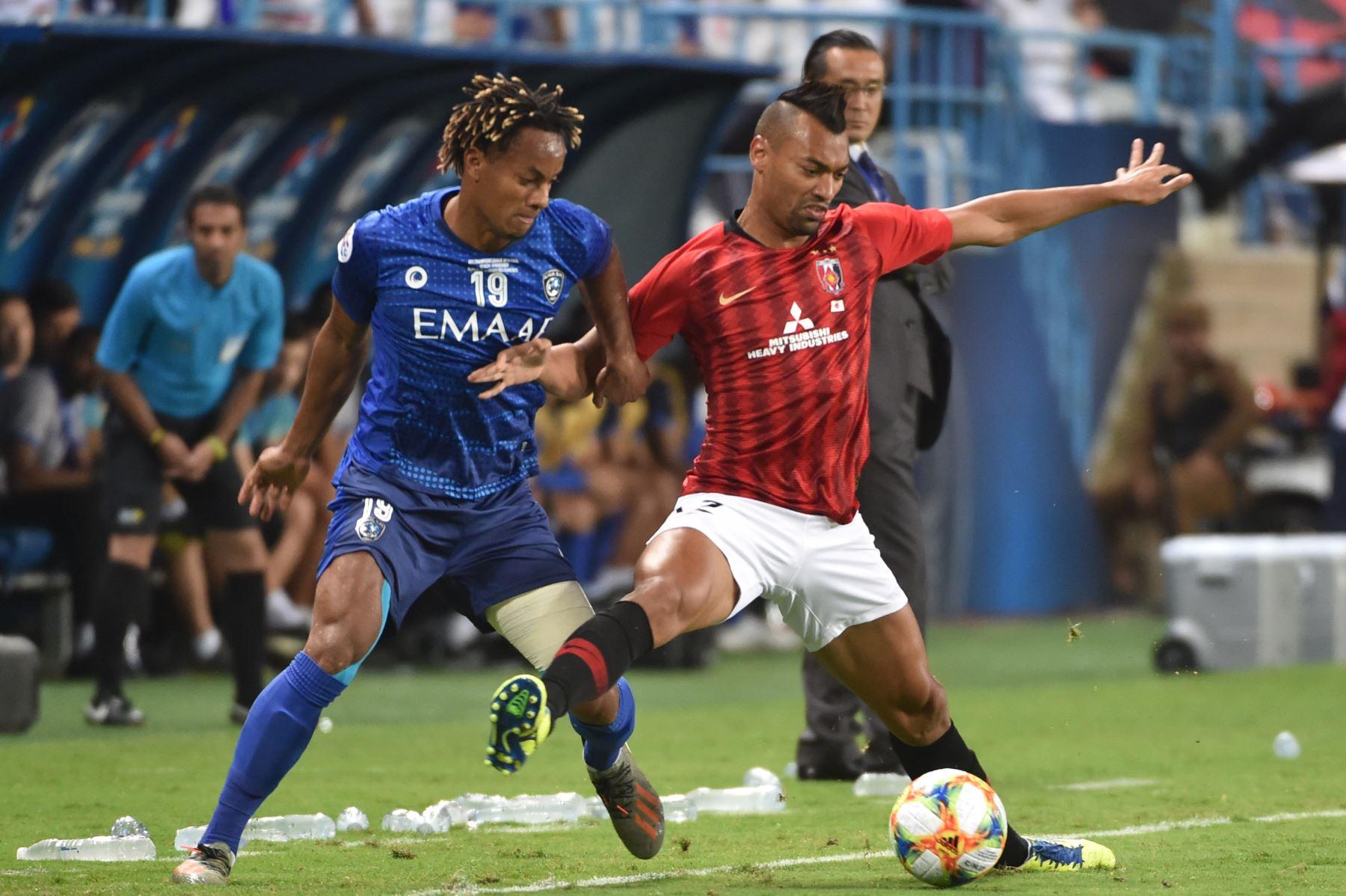 El mediocampista de Hilal Andre Carrillo (L) está marcado por el delantero de Urawa Fabricio durante el partido de ida de la final de la Liga de Campeones de la AFC entre Al-Hilal de Arabia Saudita y los Diamantes Rojos de Urawa de Japón. Foto: AFP