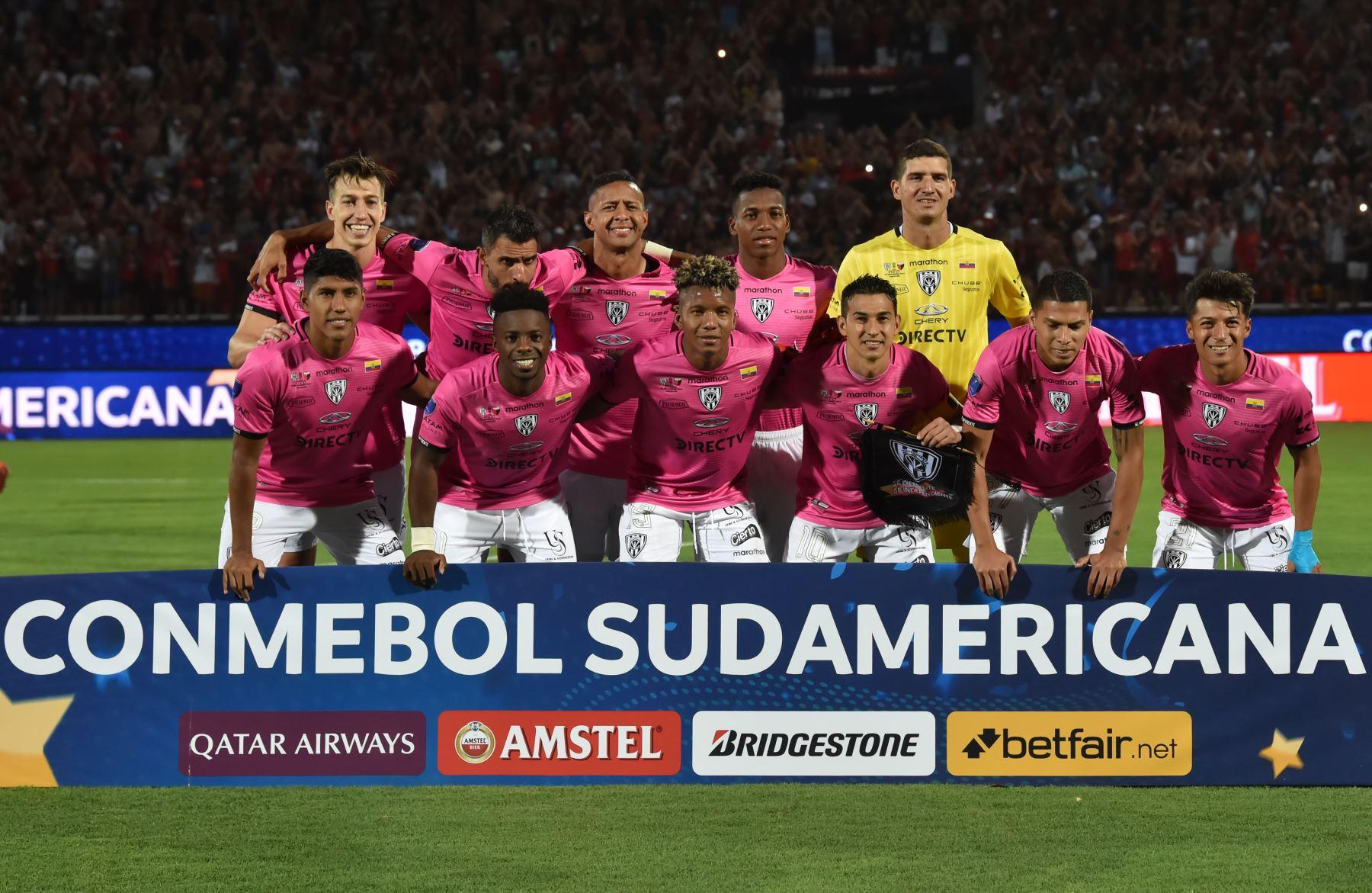 Los jugadores del equipo ecuatoriano Independiente del Valle posan para fotos antes de su partido de fútbol final de la Copa Sudamericana contra el Colón de Santa Fe de Argentina, en el estadio General Pablo Rojas en Asunción. Foto: AFP