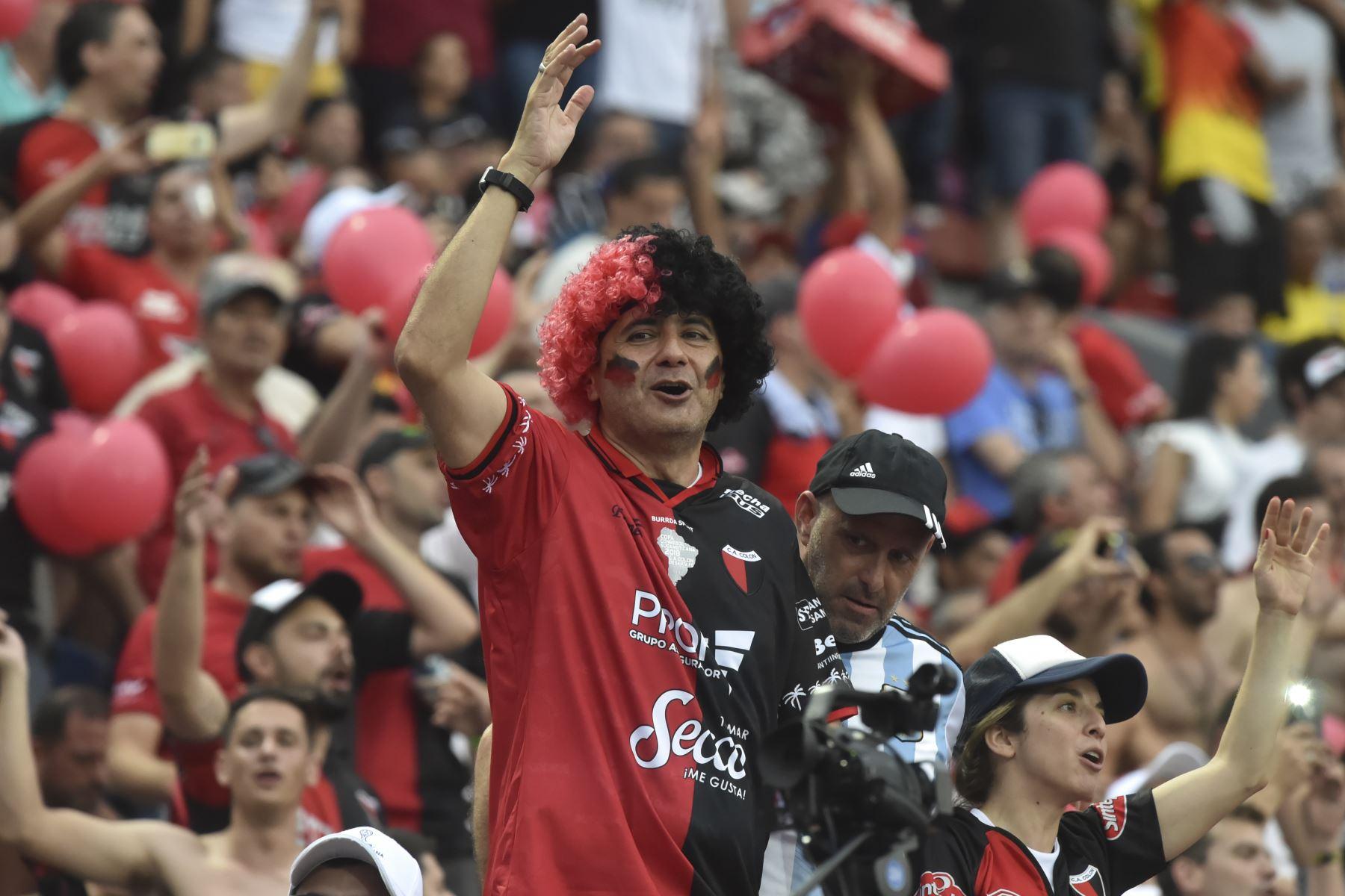Los fanáticos del equipo argentino Colón de Santa Fe aplauden antes del inicio de la final de la Copa Sudamericana de fútbol contra el Independiente del Valle de Ecuador. Foto:AFP