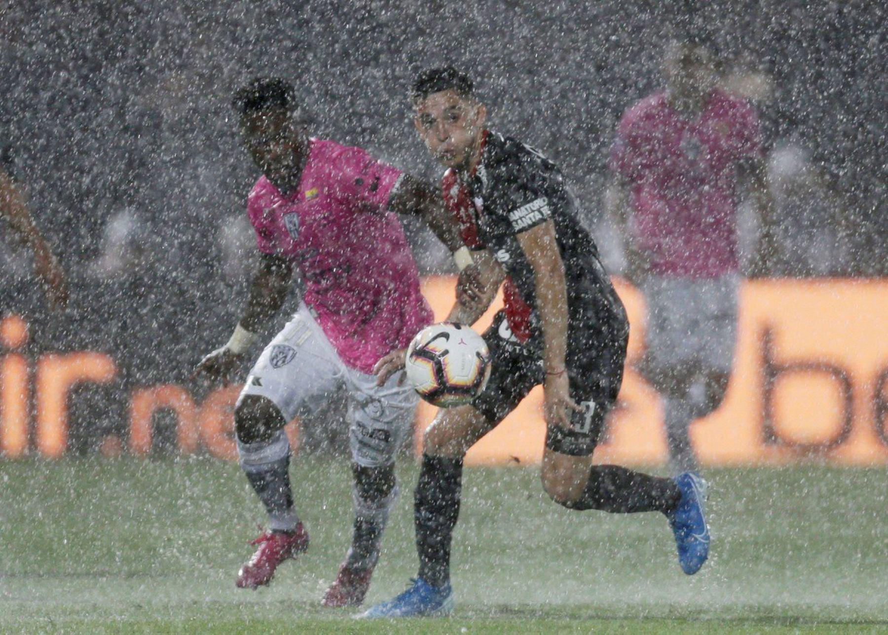 El árbitro frena momentáneamente el partido por la lluvia. Foto: INTERNET/Medios