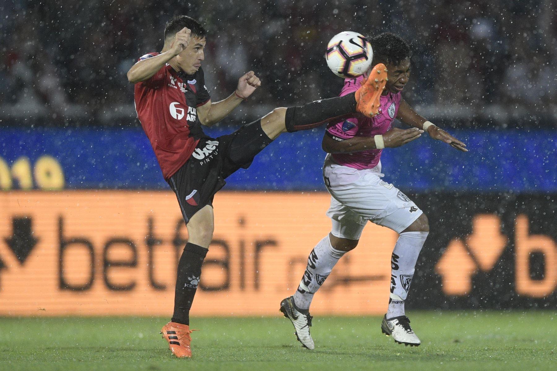 El argentino Colón Gonzalo Escobar (L) y el ecuatoriano Independiente del Valle Anthony Landazuri compiten por el balón durante su último partido de fútbol de la Copa Sudamericana. Foto: AFP