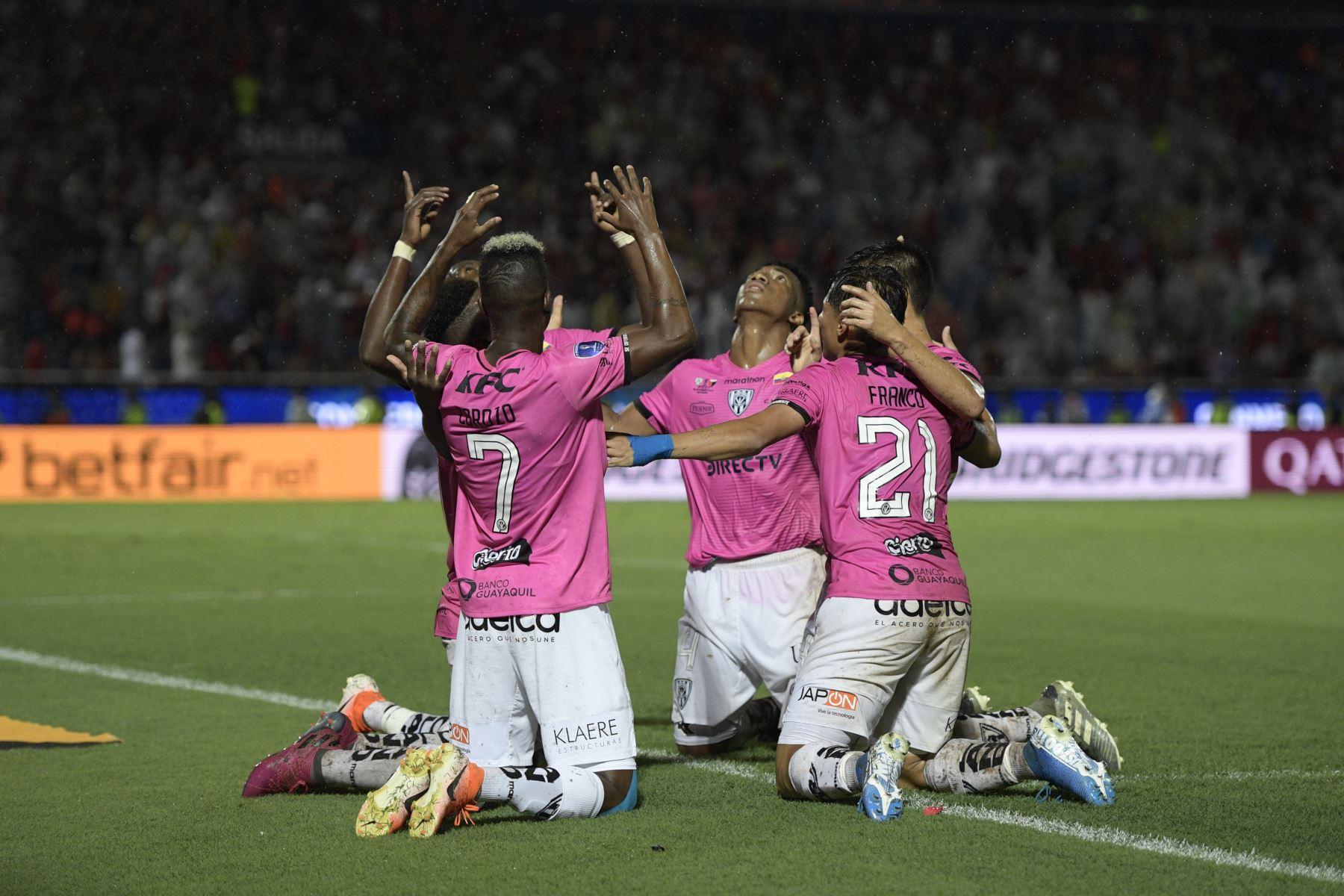 Los jugadores del Independiente del Valle de Ecuador celebran después de derrotar al Colón de Santa Fe de Argentina para ganar el partido de fútbol final de la Copa Sudamericana. AFP