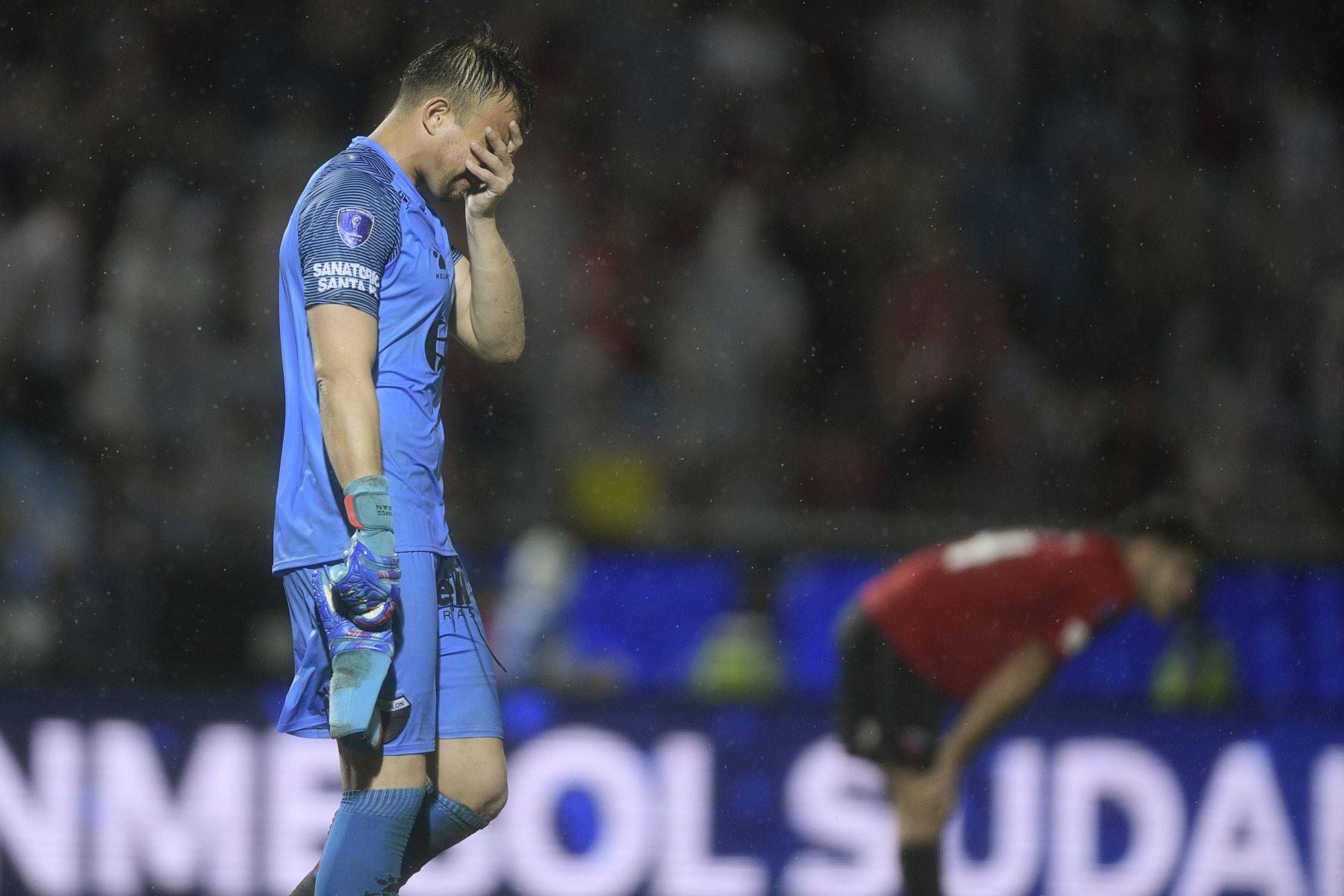 El arquero argentino Colón, el uruguayo Leonardo Burian reacciona después de perder contra el Independiente del Valle de Ecuador al final de su final de la Copa Sudamericana de fútbol. AFP