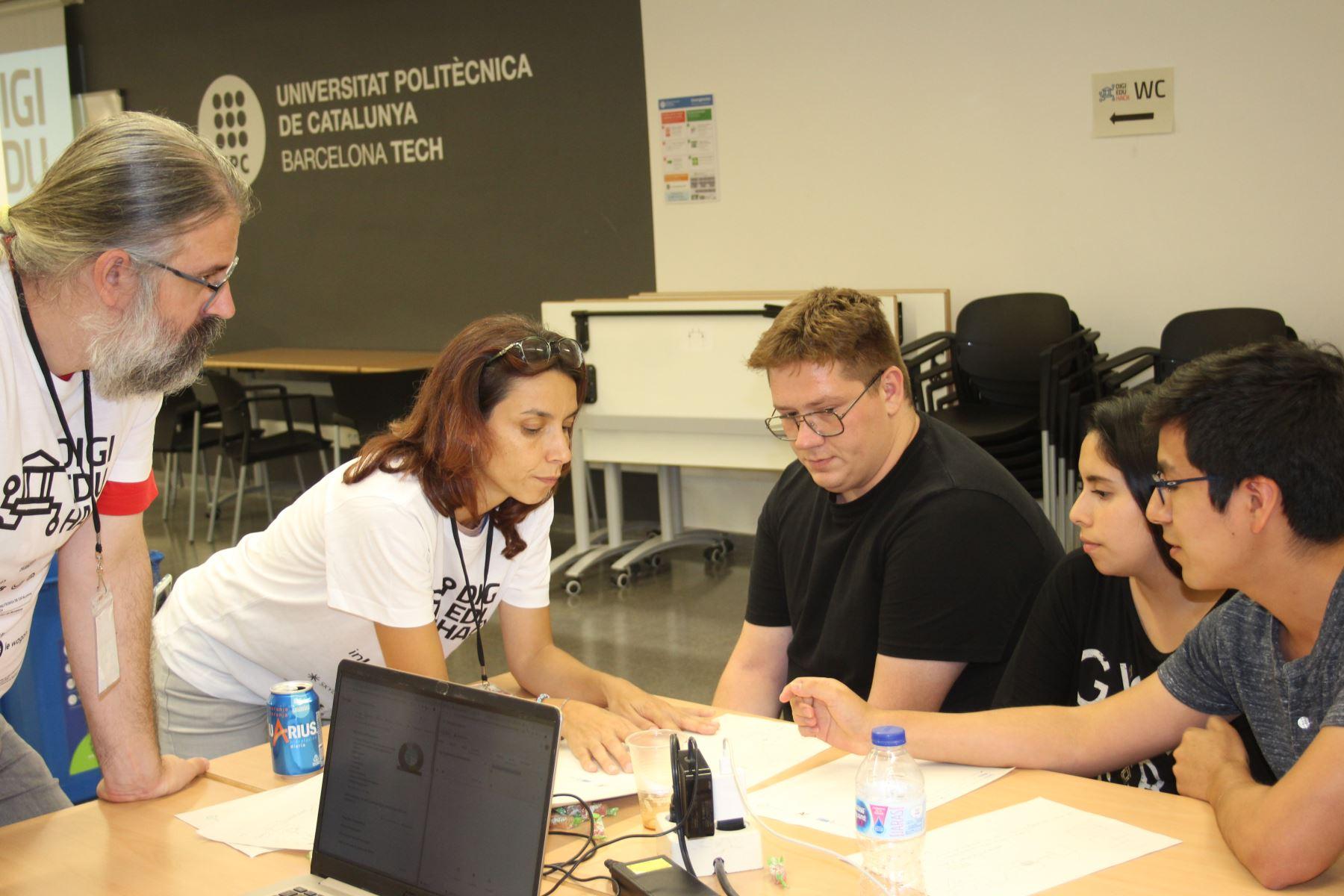 Los universitarios de la PUCP Luis Carranza y Valeria Urbina, junto al alumno italiano Alessandro Shevera, son ganadores del concurso DigiEduHack de las Naciones Unidas.