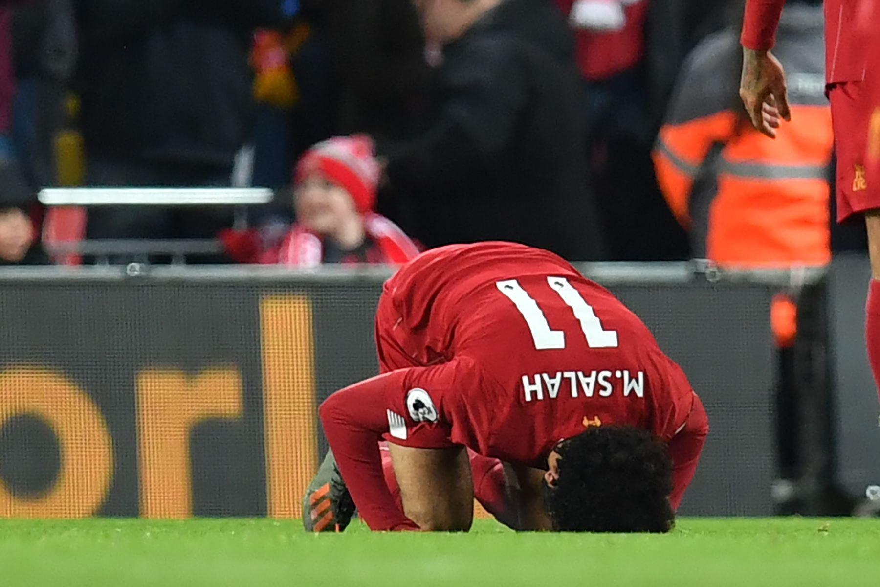 El mediocampista egipcio de Liverpool Mohamed Salah  celebra después de marcar su segundo gol durante el partido de fútbol de la Premier League inglesa entre Liverpool y Manchester City . Foto:AFP