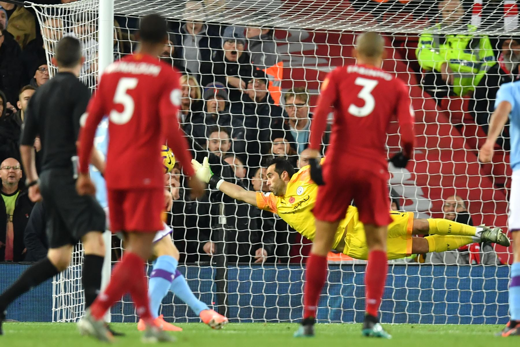 El mediocampista brasileño del Liverpool Fabinho observa cómo el portero chileno del Manchester City, Claudio Bravo, no puede evitar que su tiro marque 1-0 durante el partido de fútbol de la Premier League inglesa entre Liverpool y Manchester City. Foto: AFP