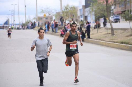 Emotivo gesto del campeón Cristian Pacheco hacia su amigo Willy Canchanya en la XXXV Maratón Internacional de Los Andes