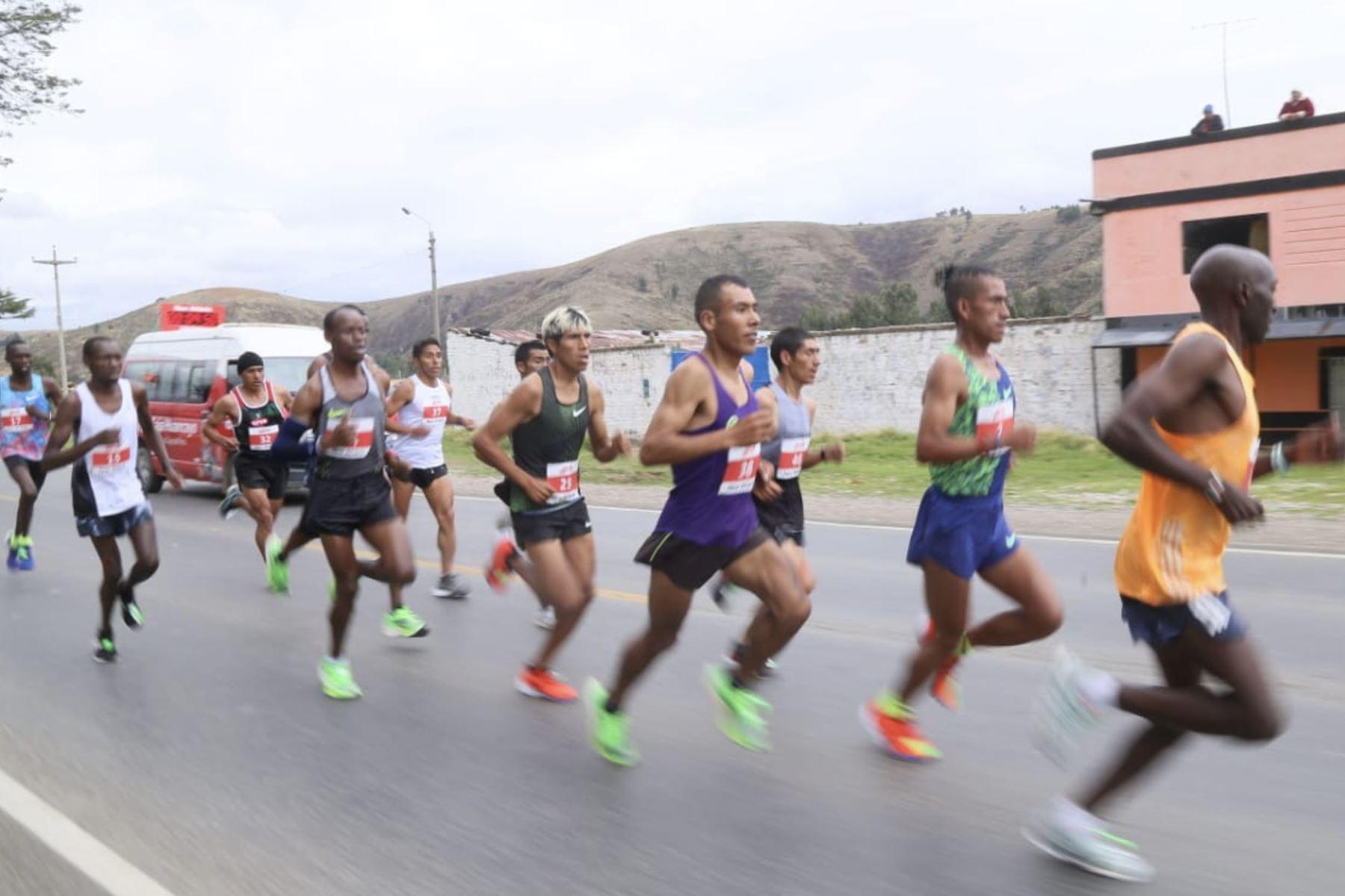 El Campeón de los Juegos Panamericanos Lima 2019 Cristian Pacheco, en gran gesto apoya a su amigo Willy Canchaya para darle ánimos durante su participación en la  XXXV Maratón Internacional de Los Andes en Huancayo. Foto: Cortesía Abel Aguilar