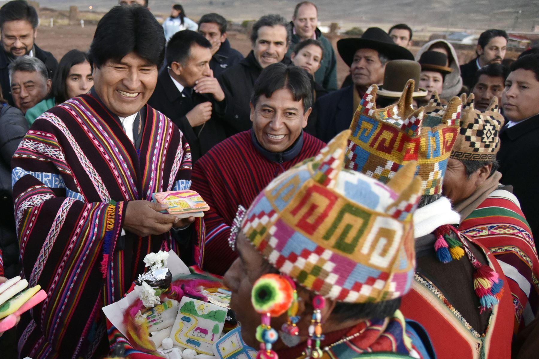 El presidente boliviano Evo Morales (L) y su ministro de Asuntos Exteriores, David Choquehuanca (C), asisten a una ceremonia indígena que celebra sus nueve años, ocho meses y 27 días en el poder el 21 de octubre de 2015 en las ruinas de Tiwanaku. Foto: AFP