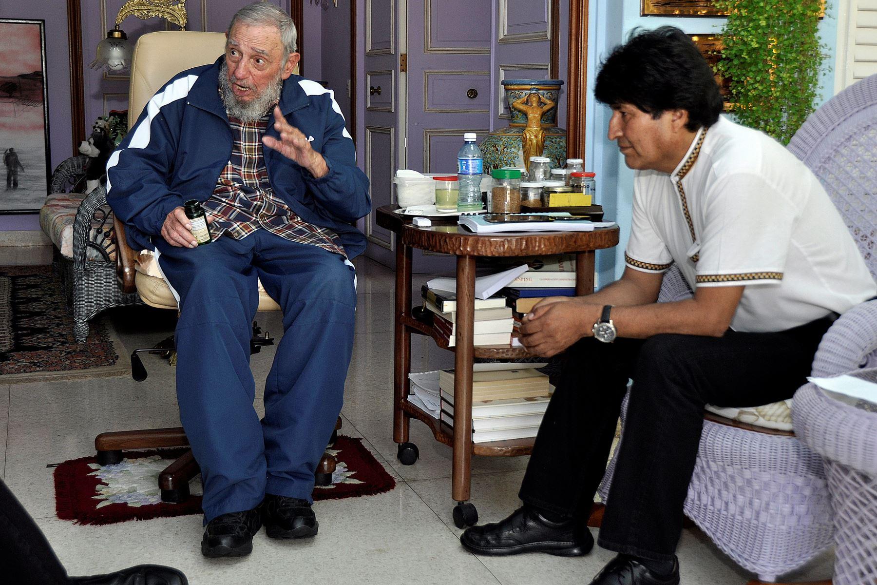 El ex presidente cubano Fidel Castro (L) hablando con el presidente boliviano Evo Morales (R) durante su 89 cumpleaños, en La Habana, el 13 de agosto de 2015.