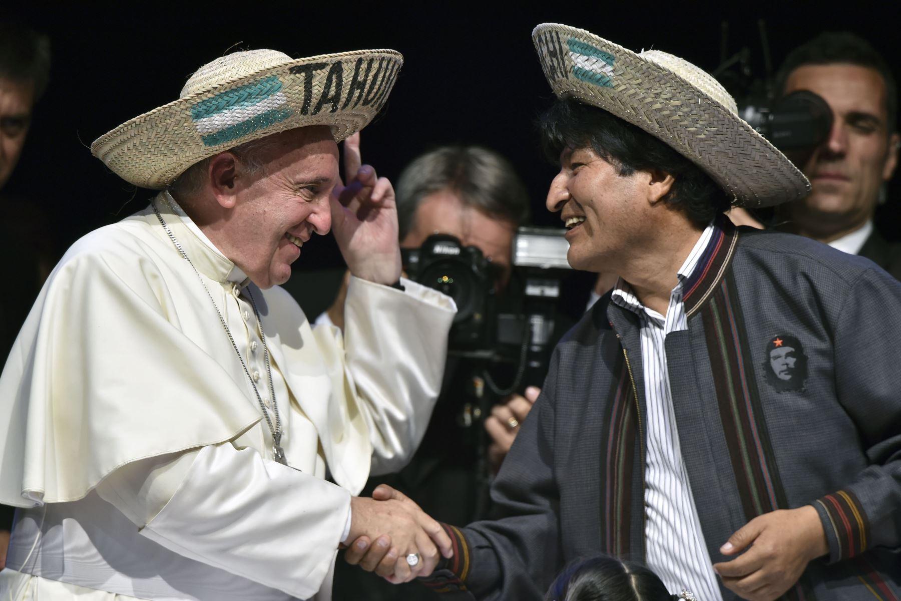 El Papa Francisco (izq.) Y el Presidente boliviano Evo Morales participan en la Segunda Reunión Mundial de los Movimientos Populares en el Centro de Exposiciones Expo Feria, en Santa Cruz, Bolivia, el 9 de julio de 2015.  Foto: AFP