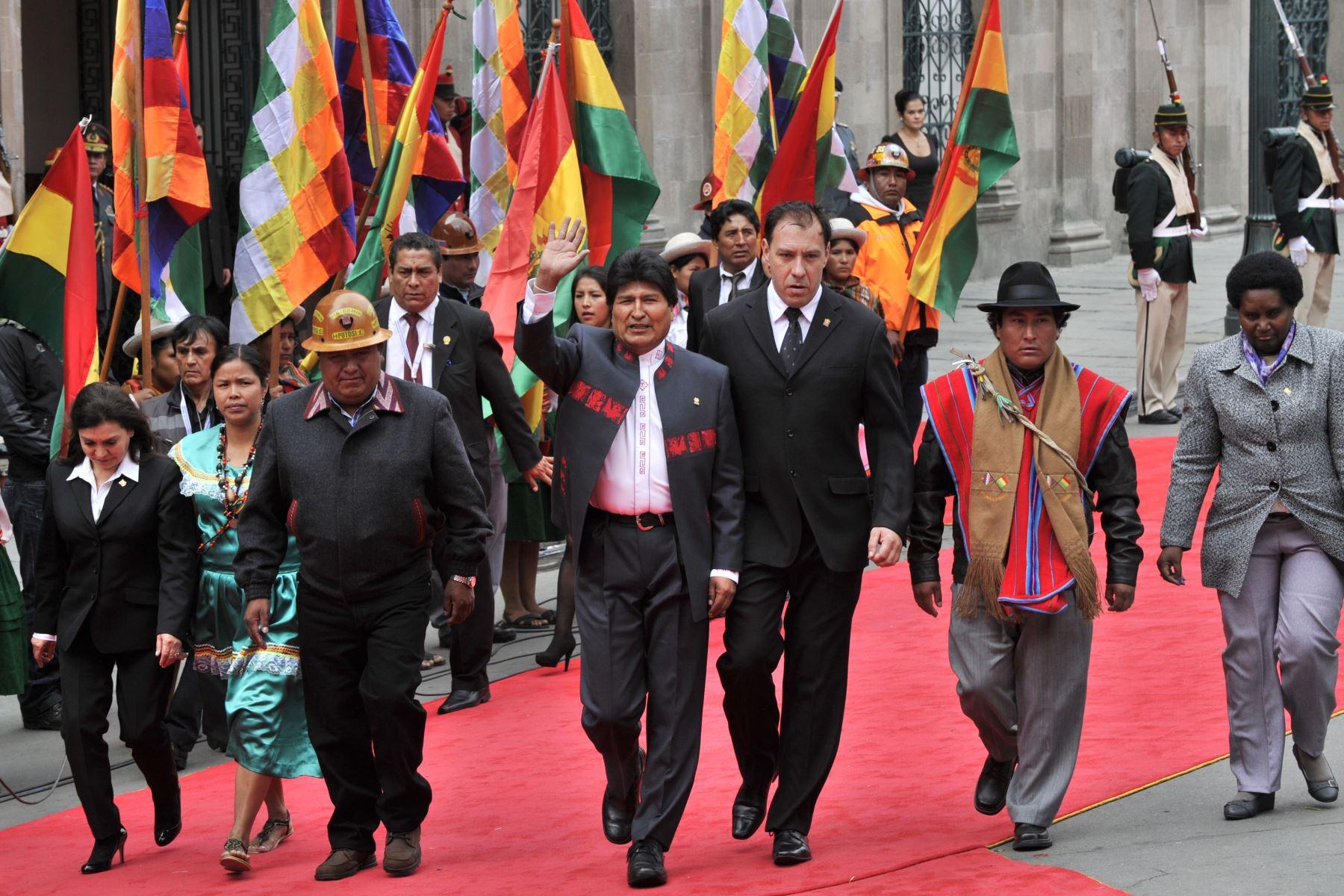 El presidente reelegido de Bolivia, Evo Morales (C), saluda mientras se dirige al Congreso Nacional para jurar un tercer mandato, en La Paz, el 22 de enero de 2015. Morales, el primer presidente indígena de Bolivia, prestó juramento con su puño izquierdo. Foto: AFP