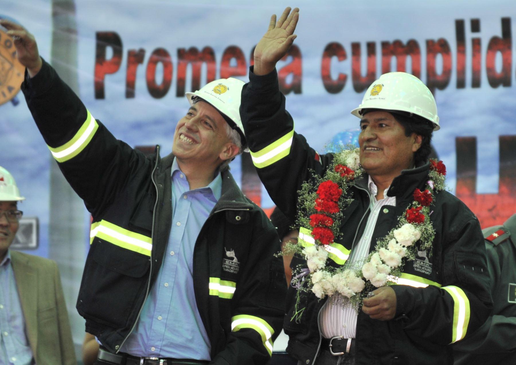 El presidente de Bolivia, Evo Morales (R) y el vicepresidente Álvaro García Linera, saludan durante la inauguración oficial de la planta de fundición de plomo y plata Karachipampa en Potosí, Bolivia, el 10 de septiembre de 2014.  Foto:AFP