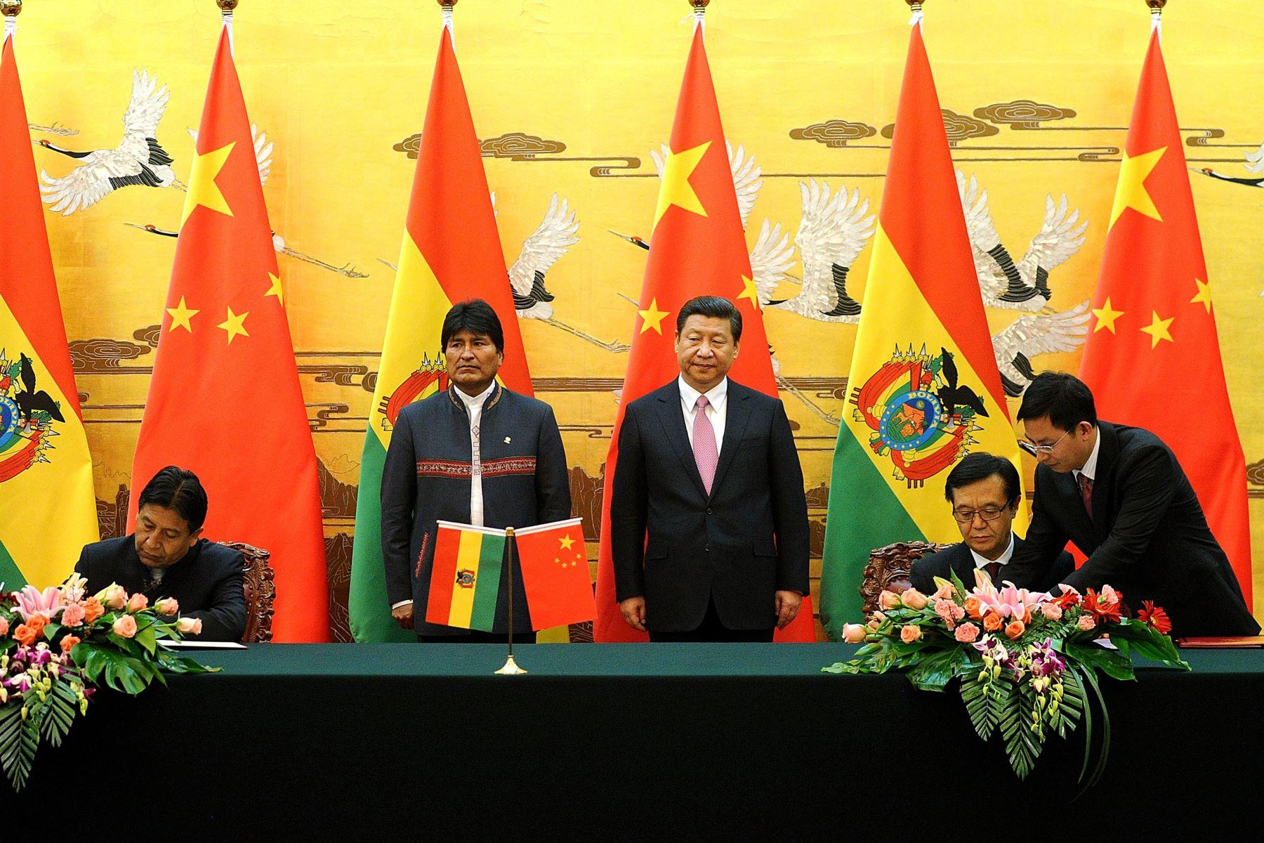 El presidente boliviano Evo Morales (centro L) y el presidente chino Xi Jinping (centro R) asisten a una ceremonia de firma en el Gran Salón del Pueblo en Beijing el 19 de diciembre de 2013.  Foto: AFP