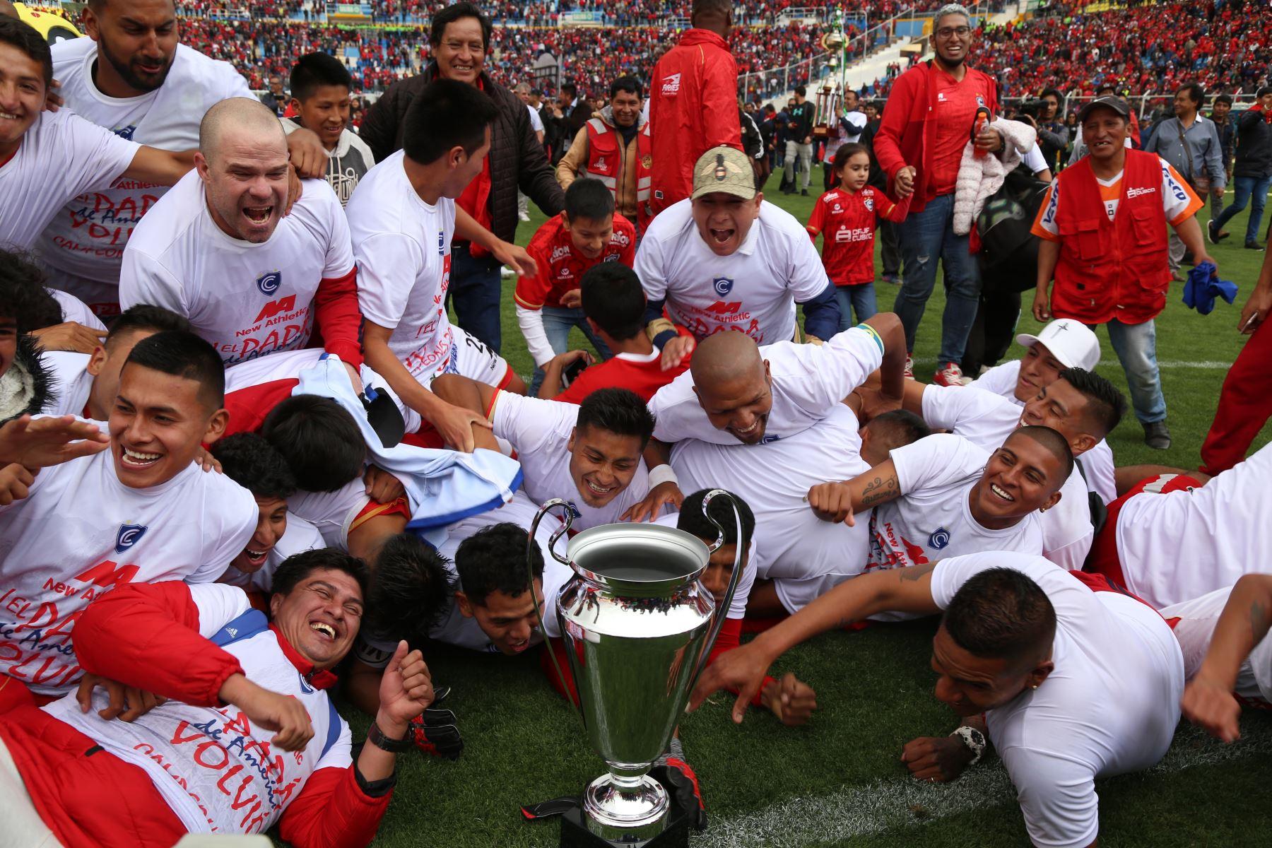 Tras cinco años de estar ausente en la Primera División, el Cienciano del Cusco regresó tras derrotar 4-2 al Santos FC y se aseguró su pase a la máxima categoría del fútbol profesional peruano. Foto: Cortesía Genry Bautista