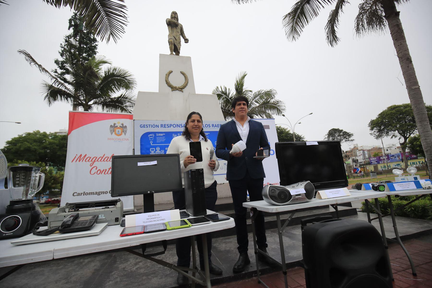 La ministra del Ambiente Fabiola Muñoz y el alcalde de Magdalena Carlomagno Chacón promueven el reciclaje de Residuos de Aparatos Eléctricos y Electrónicos (RAEE) en la plaza Túpac Amaru de Magdalena.  Foto: Juan Carlos Guzmán Negrini