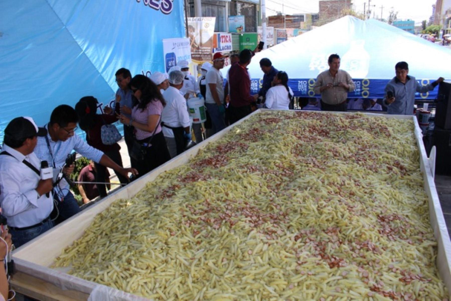 La plaza Mayta Cápac fue el escenario de la actividad, donde se batió el récord mundial que hasta hace poco lo tenía la ciudad de Quito (Ecuador), con 1,500 kilos de esta comida rápida.