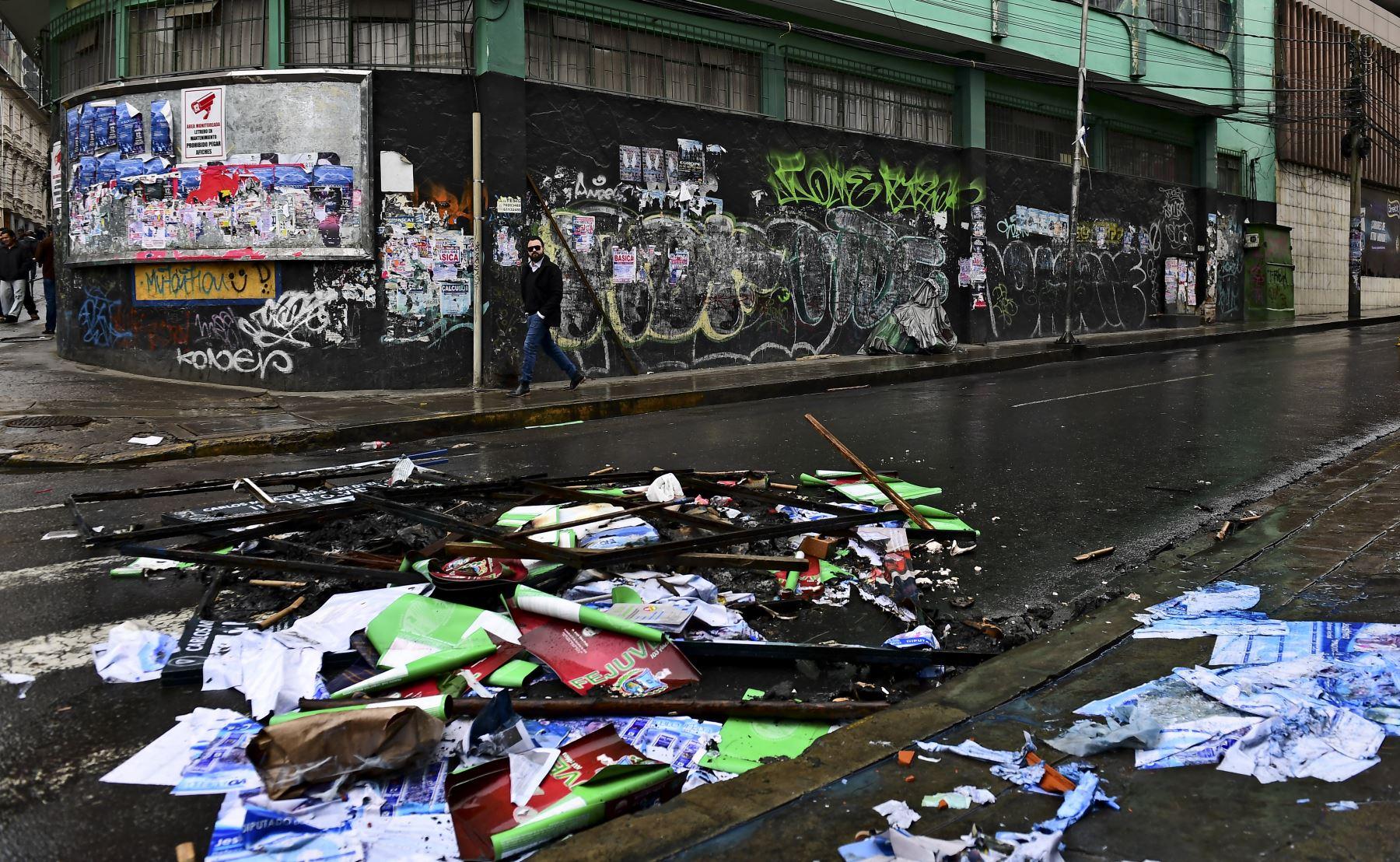 Un hombre camina por una calle después de las protestas en La Paz el 11 de noviembre de 2019. Foto: AFP