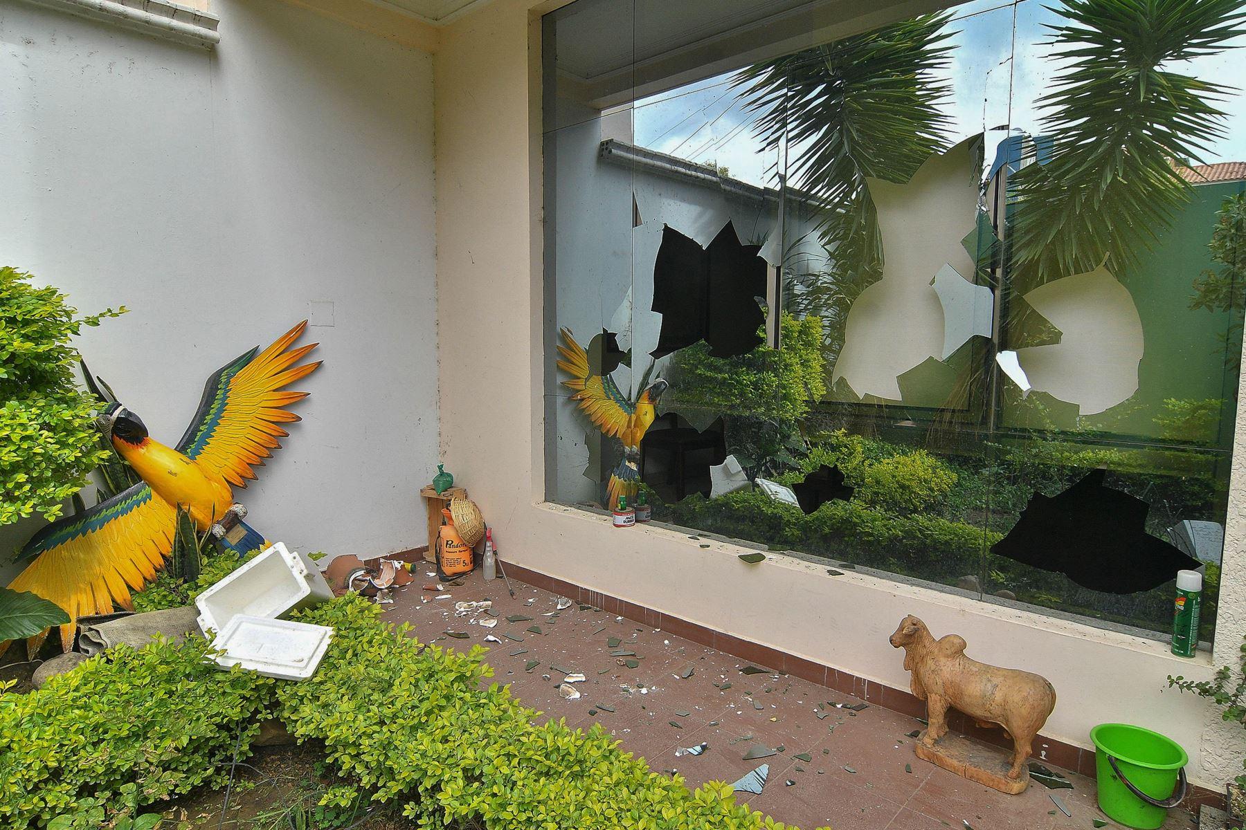 Fotografía que muestra la casa de Evo Morales en la ciudad de Cochabamba, donde fue saqueada y destrozada por manifestantes.  Foto: EFE