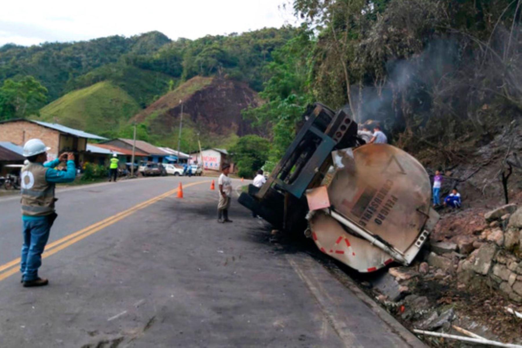 La volcadura de un camión cisterna ocasionó el derrame de gasolina en el distrito de Tabalosos, departamento de San Martín.