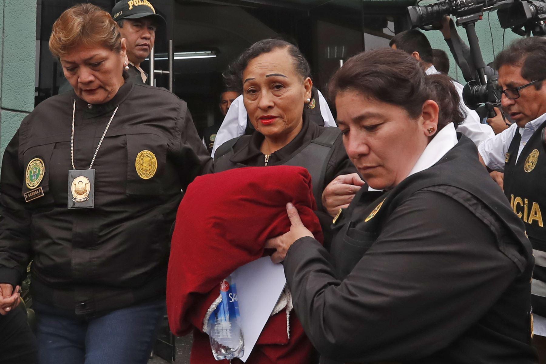 Pilar López y Araceli Oropeza, madre y hermana de Gerald Oropeza, son trasladadas de la sede de Requisitorias. Foto: ANDINA/ Renato Pajuelo