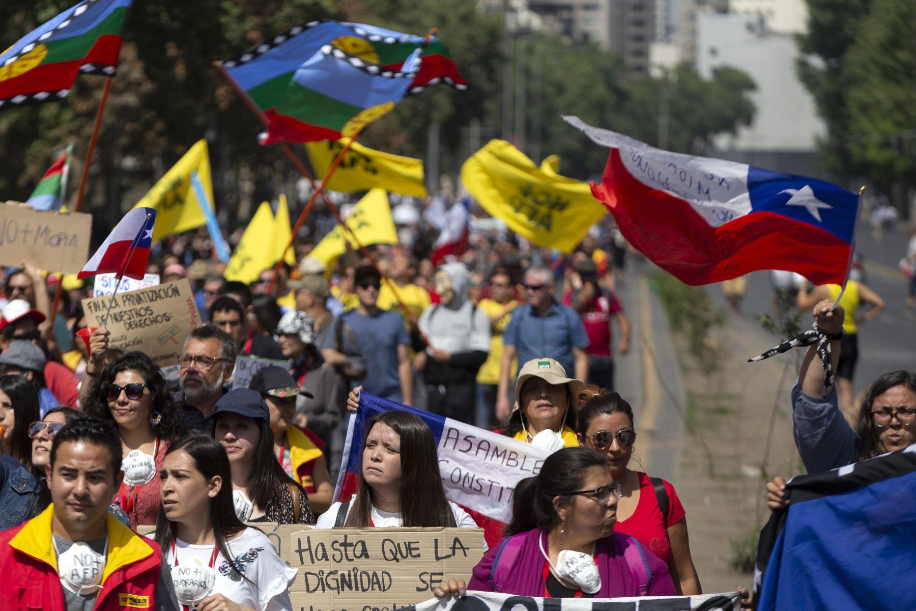 La gente se manifiesta contra el gobierno del presidente chileno Sebastián Piñera en Santiago.  Foto: AFP