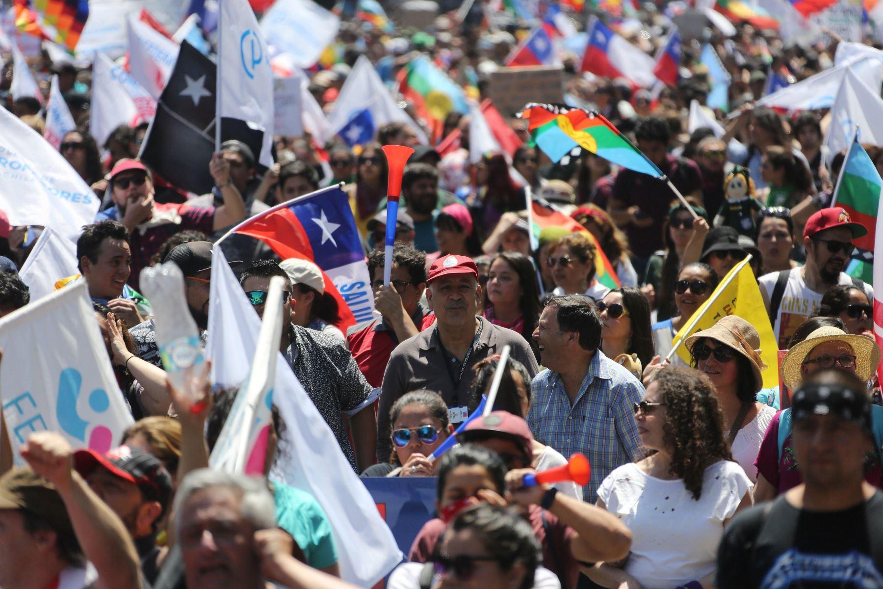Manifestantes participan en una marcha, durante otra jornada de protestas en Santiago de Chile. Foto: EFE
