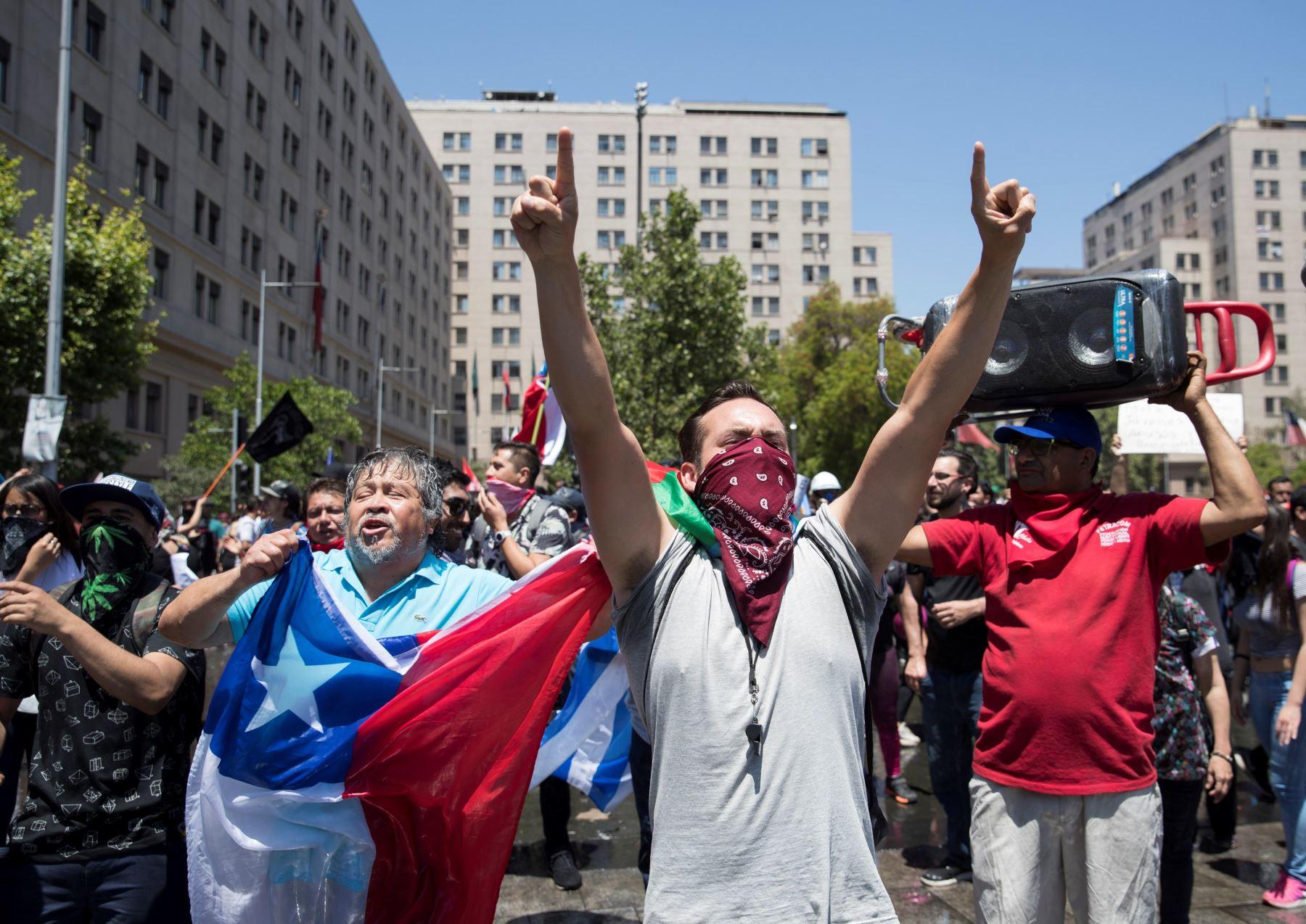 Miles de personas marchan este martes durante otra jornada de protestas en Santiago. Foto: EFE
