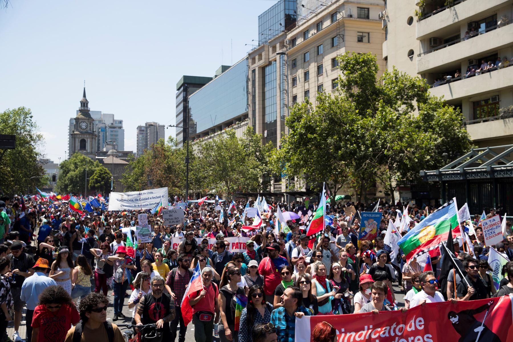Miles de personas marchan este martes durante otra jornada de protestas en Santiago de Chile.  Foto: EFE
