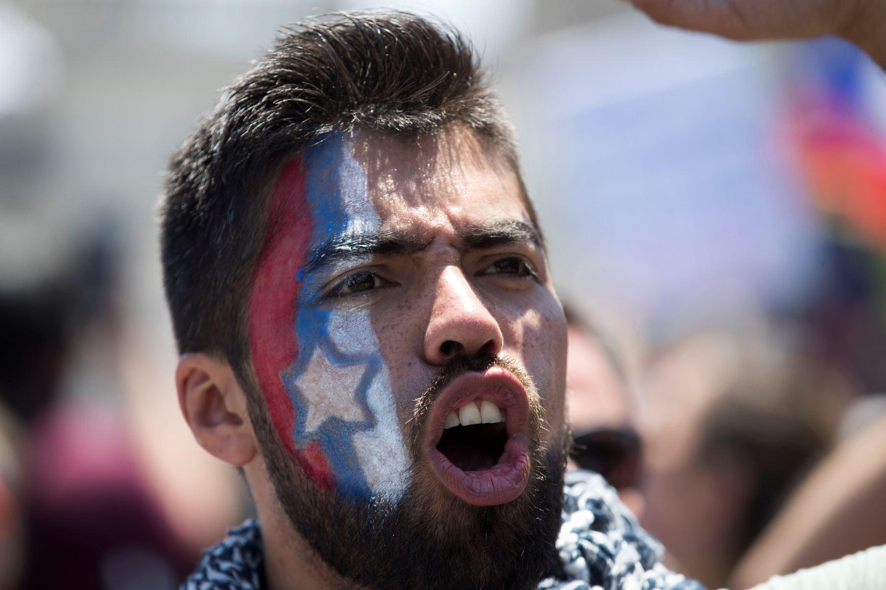 Miles de personas marchan durante otra jornada de protestas, en Santiago de Chile.  Foto: EFE