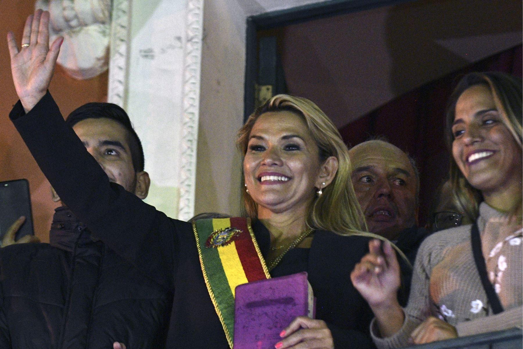 La vicepresidenta del Senado, Jeanine Anez, se proclama como el nuevo presidente interino de Bolivia. Foto: AFP