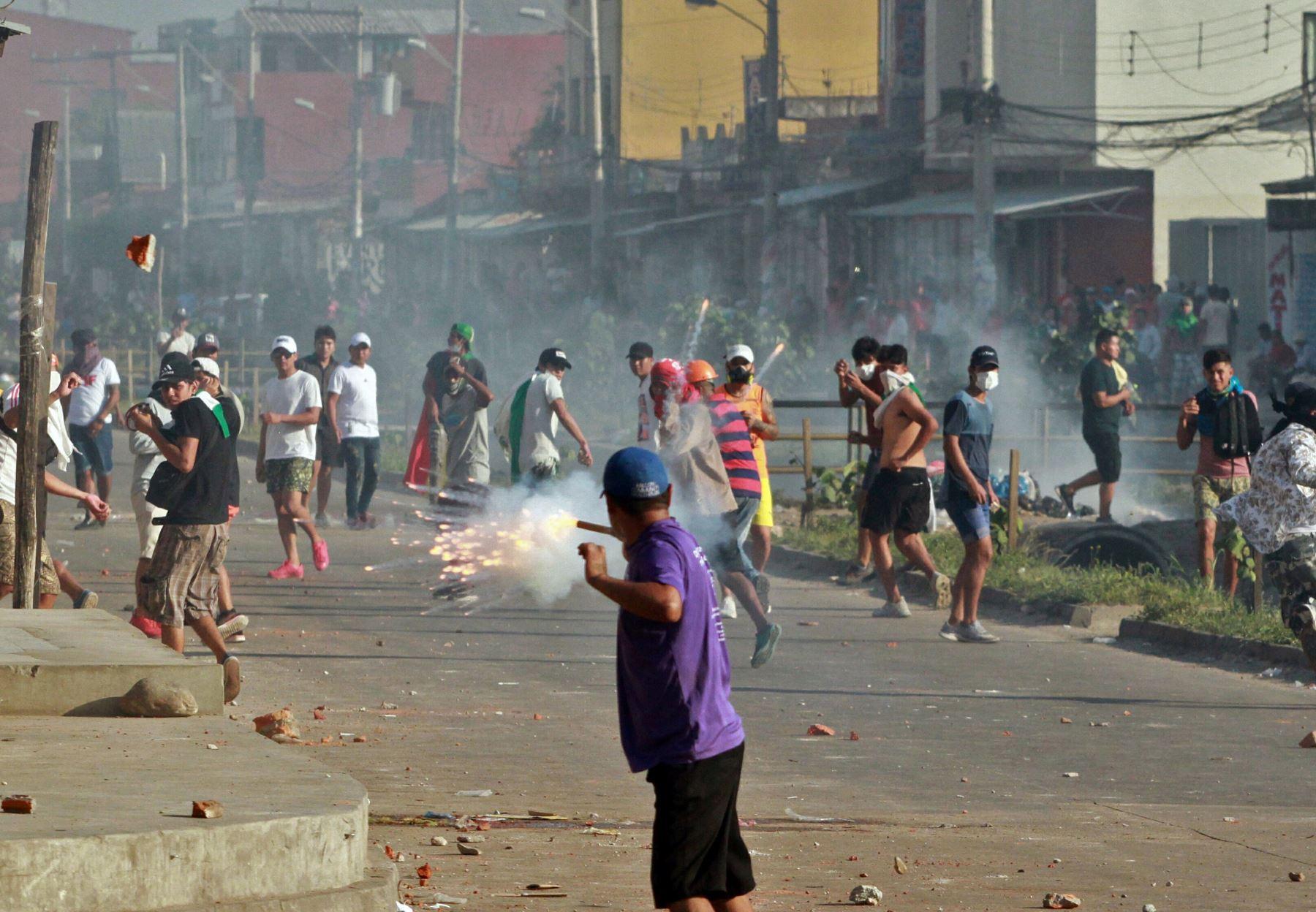En esta imagen de archivo tomada el 23 de octubre de 2019, los partidarios del candidato de la oposición boliviana Carlos Mesa y del presidente Evo Morales se enfrentan durante una manifestación sobre los resultados de las encuestas en disputa, en Santa Cruz, Bolivia. Foto: AFP