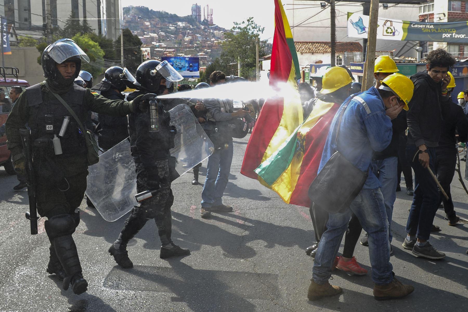 En esta foto de archivo tomada el 4 de noviembre de 2019, la policía antidisturbios dispara gases lacrimógenos para dispersar a las personas que participan en un bloqueo para protestar contra los resultados de las elecciones del 20 de octubre en La Paz. Foto: AFP