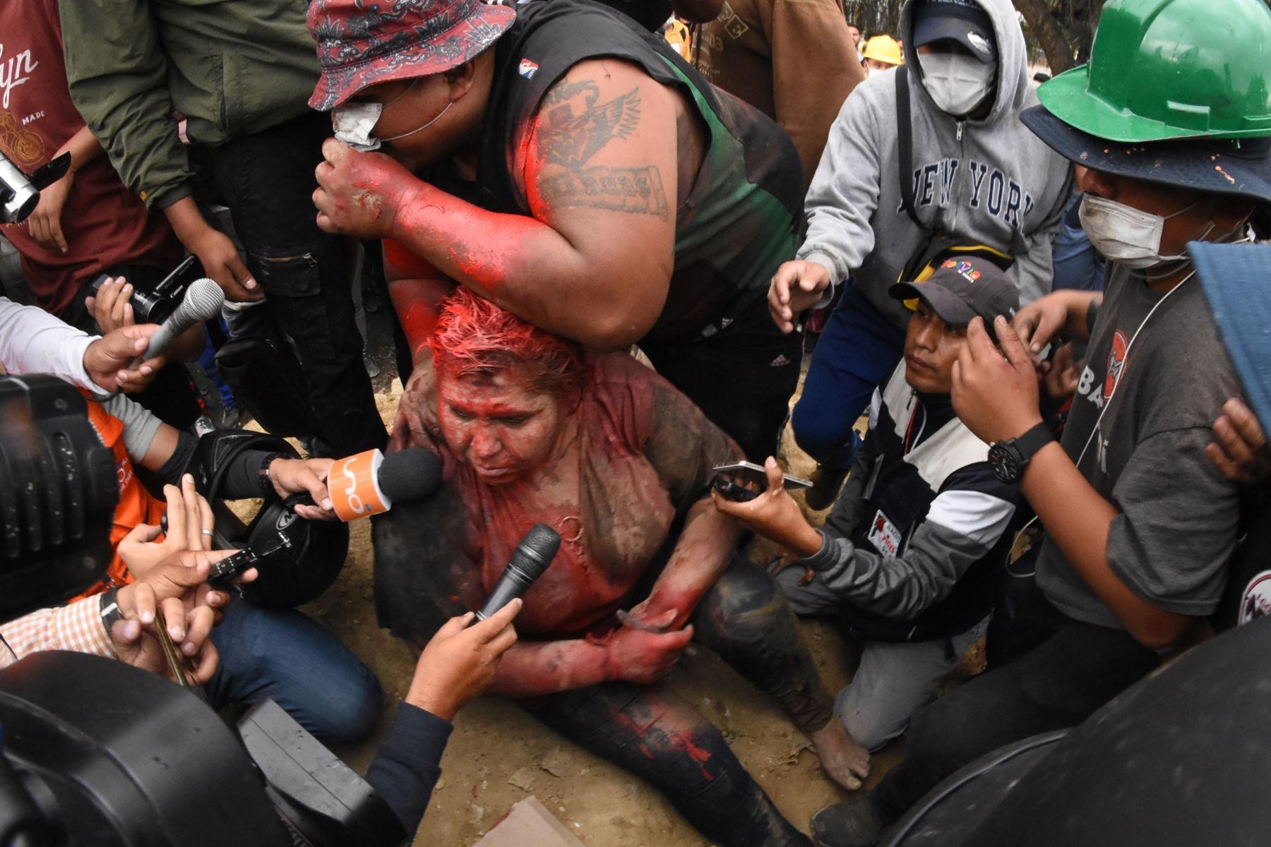 En esta foto de archivo tomada el 6 de noviembre de 2019, una grupo de opositores incendió la alcaldía de la ciudad boliviana de Vinto, en Cochabamba y agredió a la alcaldesa oficialista Patricia Arce. Foto: AFP