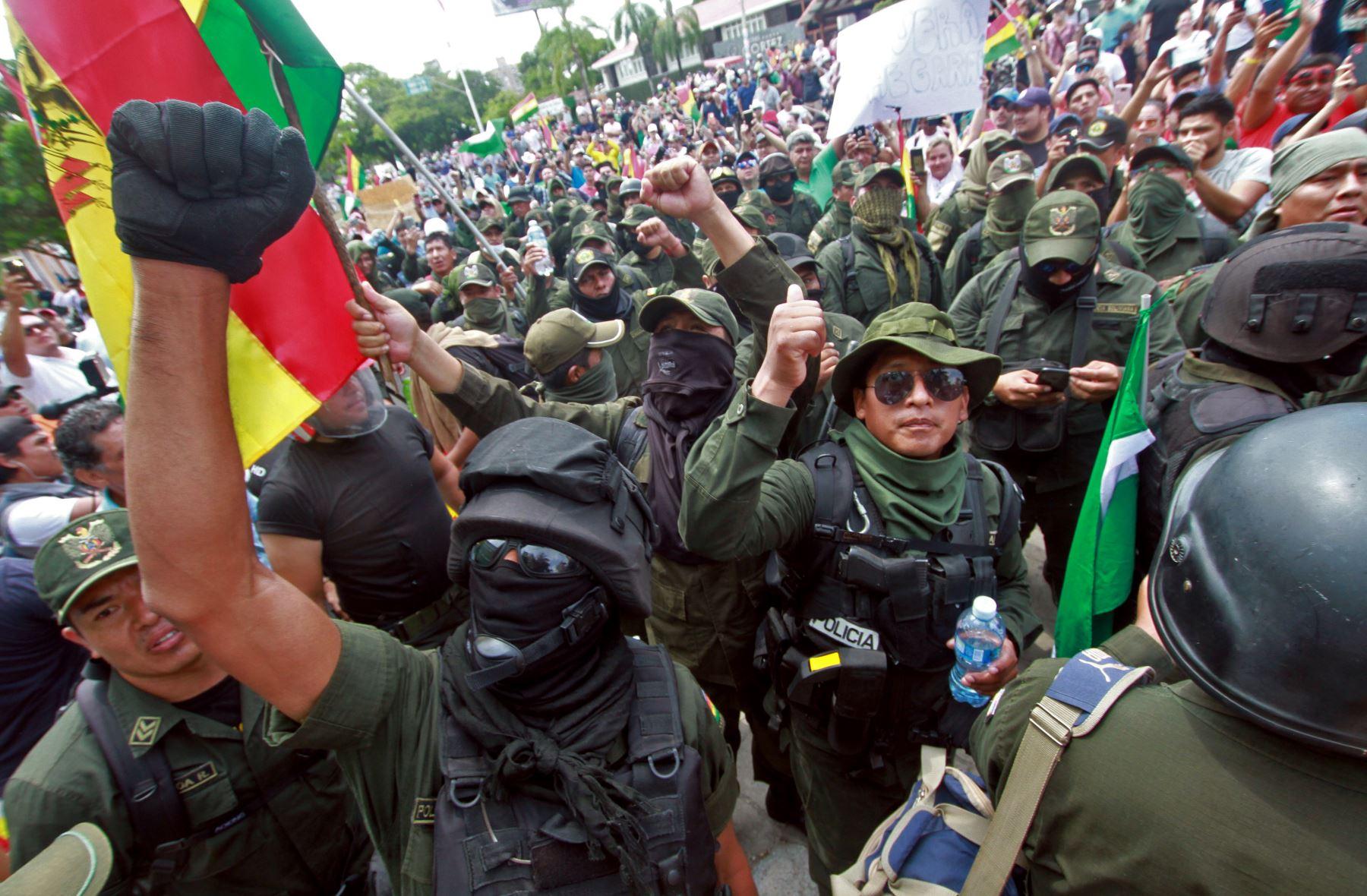En esta imagen de archivo tomada el 9 de noviembre de 2019, los manifestantes en La Paz, apoyan a los oficiales de  Bolivia después de anunciar que se unirían a una rebelión. Foto: AFP