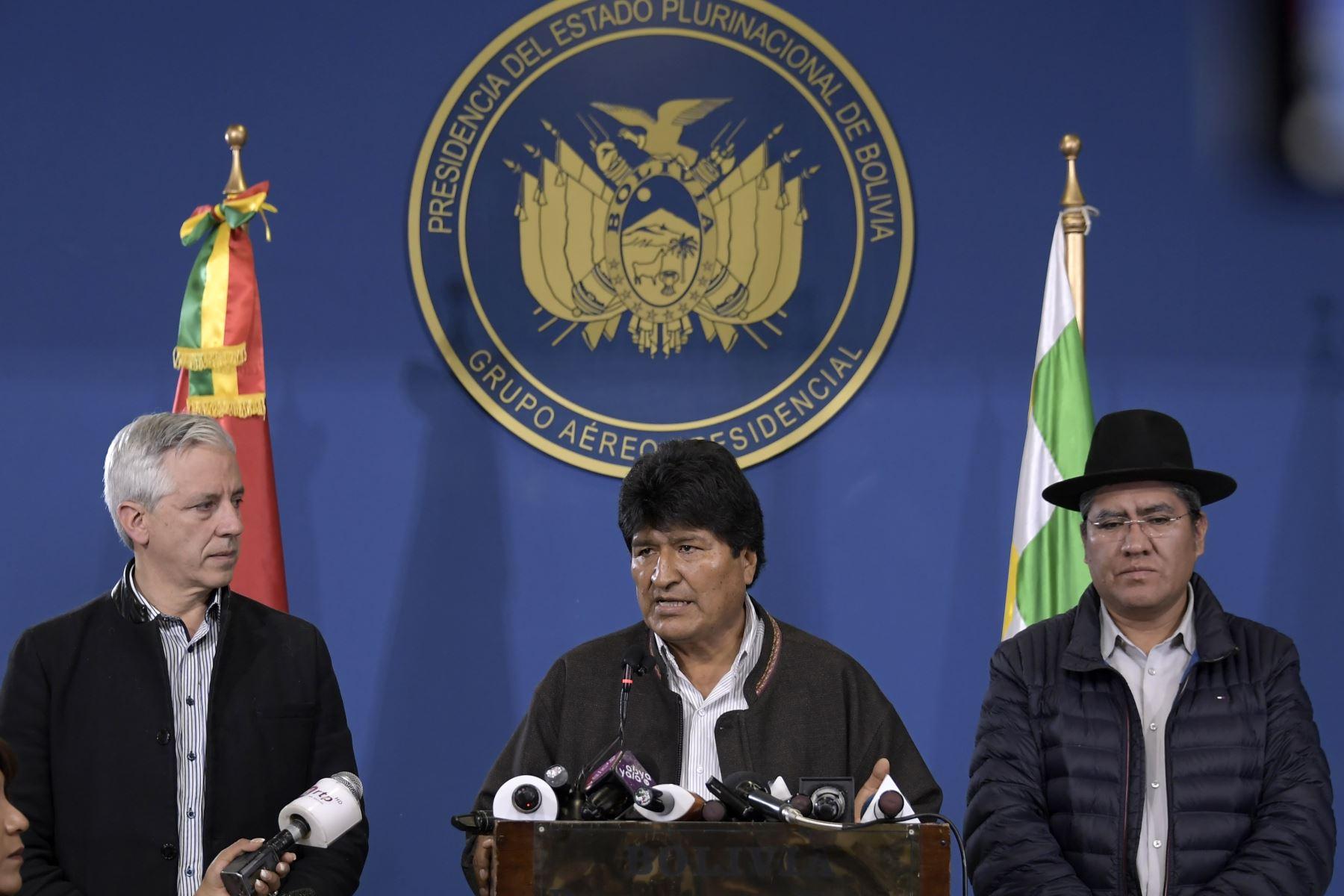 En esta imagen de archivo tomada el 9 de noviembre de 2019, publicada por la Presidencia boliviana, el presidente boliviano Evo Morales habla durante una conferencia de prensa junto a su vicepresidente Álvaro García Linera (L) y su canciller Diego Pary en El Alto. Foto: AFP