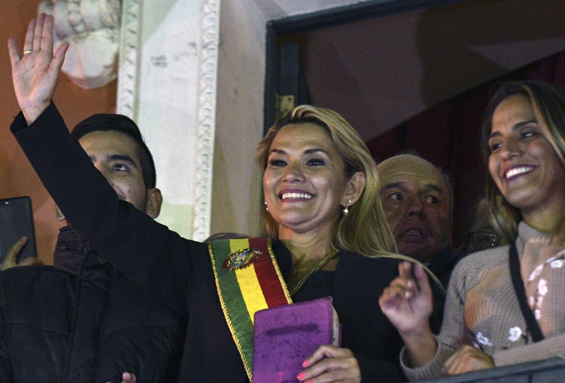 La vicepresidenta del Senado, Jeanine Anez, saluda desde el balcón del Palacio de Quemado en La Paz después de proclamarse como la nueva presidenta de Bolivia. Foto: AFP