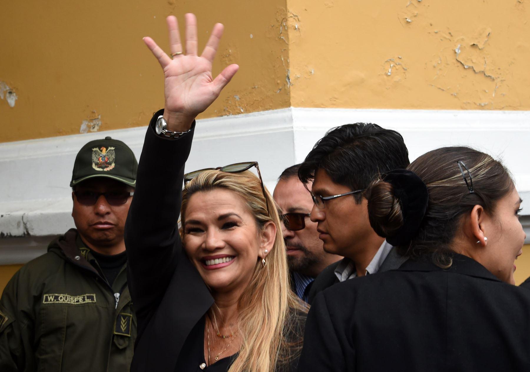 La vicepresidenta del Senado de Bolivia, Jeanine Anez, saluda cuando llega al edificio del Congreso en La Paz. Foto: AFP