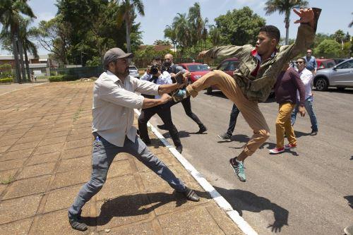 Partidarios de Guaidó entran en la embajada de Venezuela en Brasilia