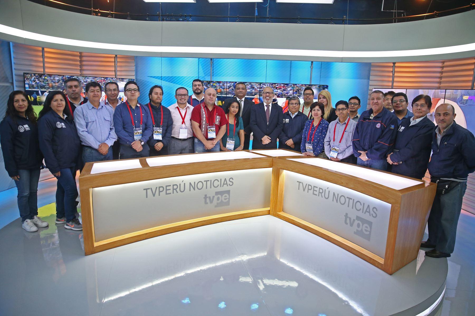 """Veinticinco profesionales de 8 países del centro y sur de América visitaron las instalaciones de TV Perú, en el marco del """"Curso Internacional de Televisión Digital Terrestre (TDT) y su Aplicación a nivel de Sistemas de Alerta de Emergencia por Radiodifusión (EWBS) para Desastres"""".Foto: ANDINA/Vidal Tarqui"""