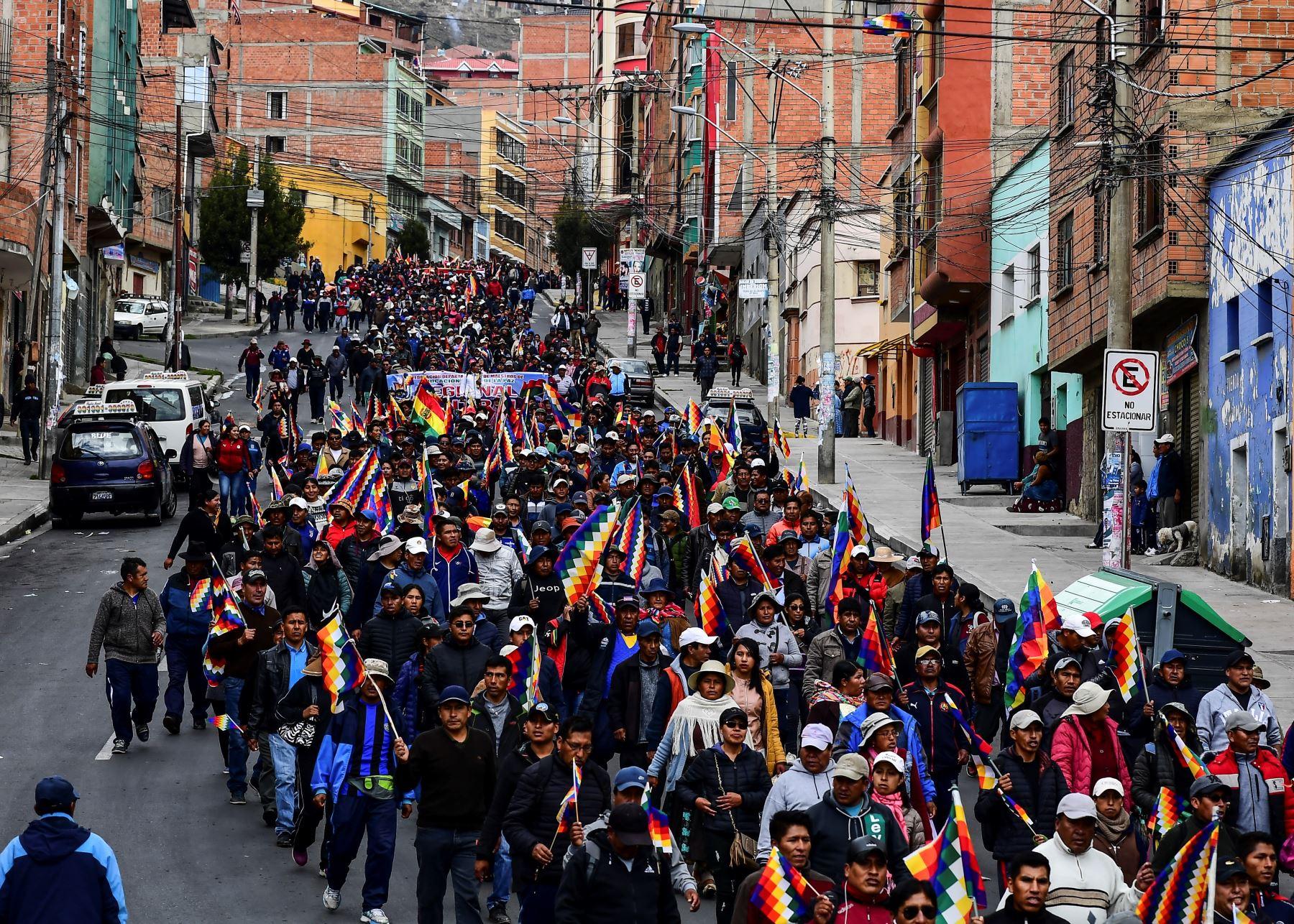 Los partidarios del ex presidente boliviano Evo Morales  ,marchan desde El Alto hacia  La Paz  en apoyo al ex presidente. Foto: AFP