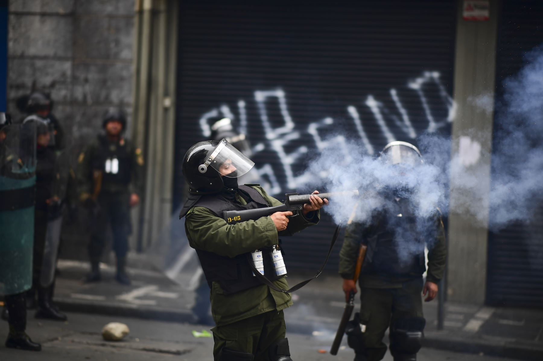 La policía antidisturbios disparó gases lacrimógenos para dispersar a los partidarios del ex presidente boliviano Evo Morales y los descontentos con la situación política durante una protesta en La Paz. Foto: AFP