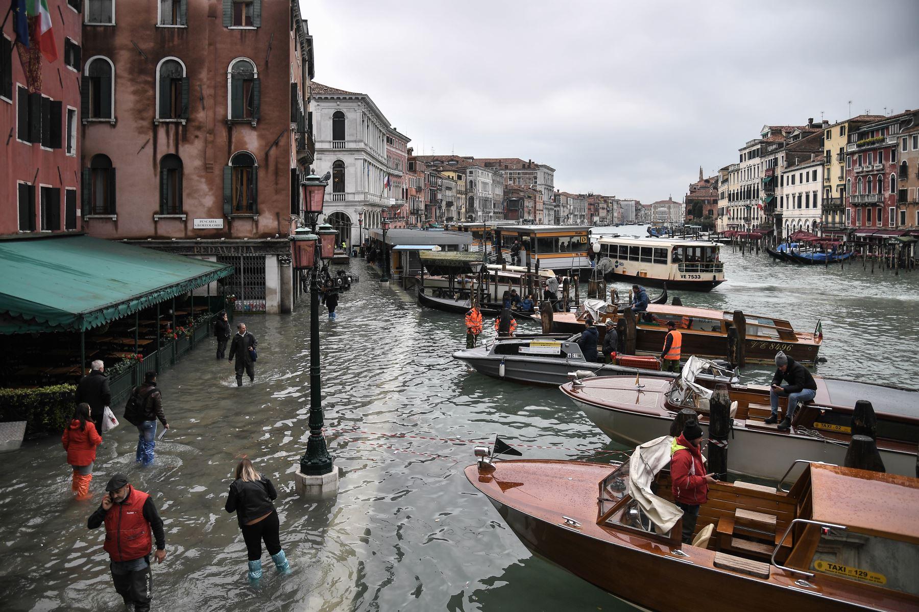 Una vista general muestra el terraplén inundado por el Hotel Rialto (L) y los botes de taxi en el canal del Gran Canal, después de un excepcional nivel de agua durante la marea alta en Venecia. Foto: AFP