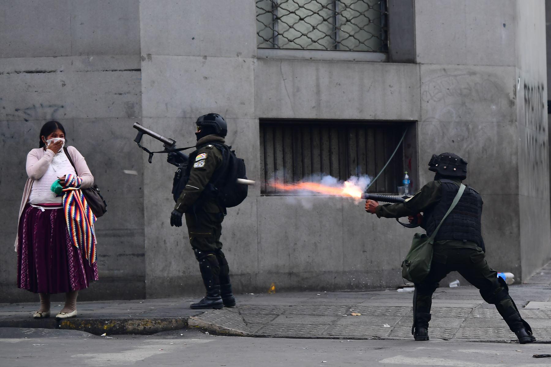 La policía antidisturbios disparó gases lacrimógenos para dispersar a los partidarios del ex presidente boliviano Evo Morales durante una protesta en La Paz. Foto: AFP