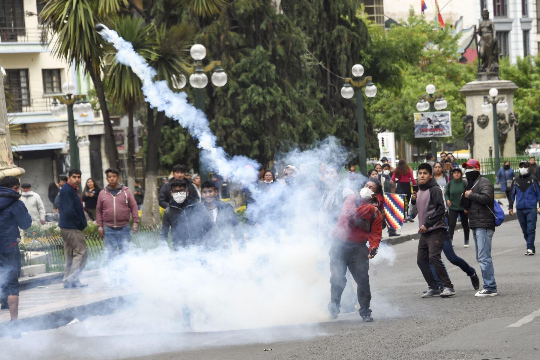 Los partidarios del ex presidente boliviano Evo Morales se enfrentan con la policía antidisturbios durante una protesta en La Paz. Foto: AFP