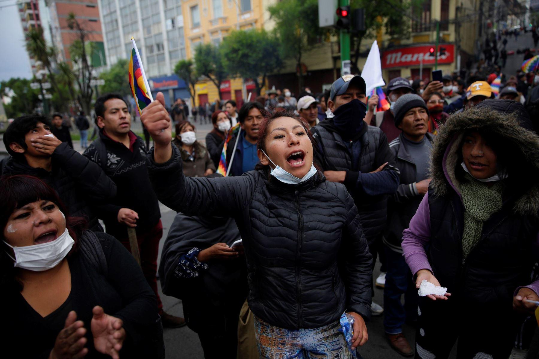 Simpatizantes del expresidente Evo Morales gritan consignas  durante una jornada de protestas en La Paz. Foto: EFE