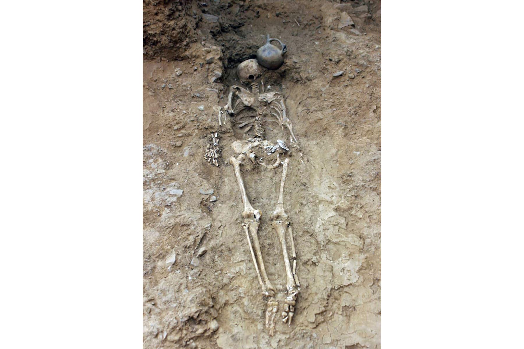 Restos humanos en el sitio de excavación de El Toro, donde se desenterró un templo megalítico de 3.000 años de antigüedad, en Oyotun, provincia de Chiclayo, departamento de Labayeque, Perú. El templo supuestamente se utilizó para organizar rituales paganos de culto al agua en el antiguo Perú. Foto: AFP