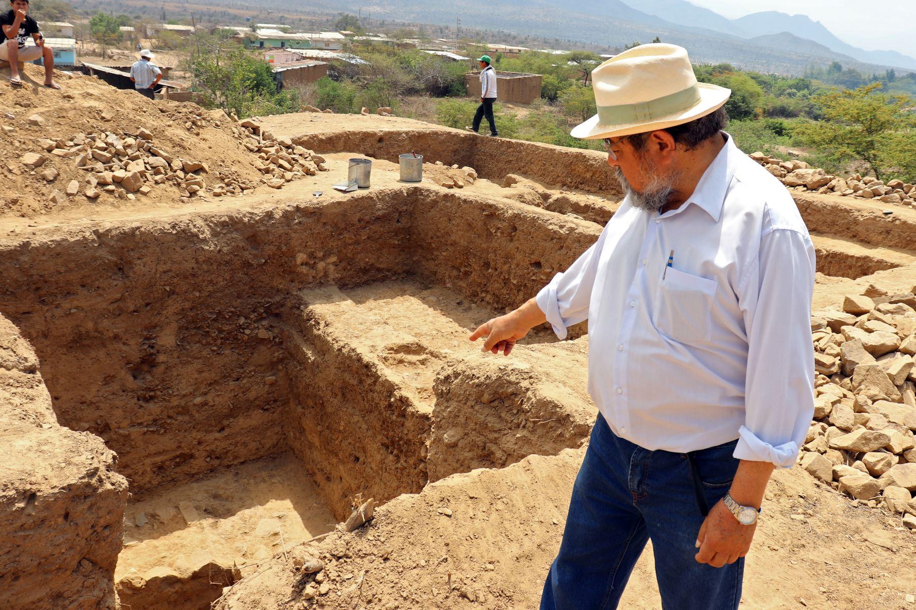 Arqueólogo peruano Walter Alva señalando excavaciones en el sitio de El Toro, donde se desenterraron restos de un templo megalítico de 3.000 años de antigüedad, en Oyotun, provincia de Chiclayo, departamento de Labayeque, Perú. El templo supuestamente se utilizó para organizar rituales paganos de culto al agua en el antiguo Perú. Foto: AFP