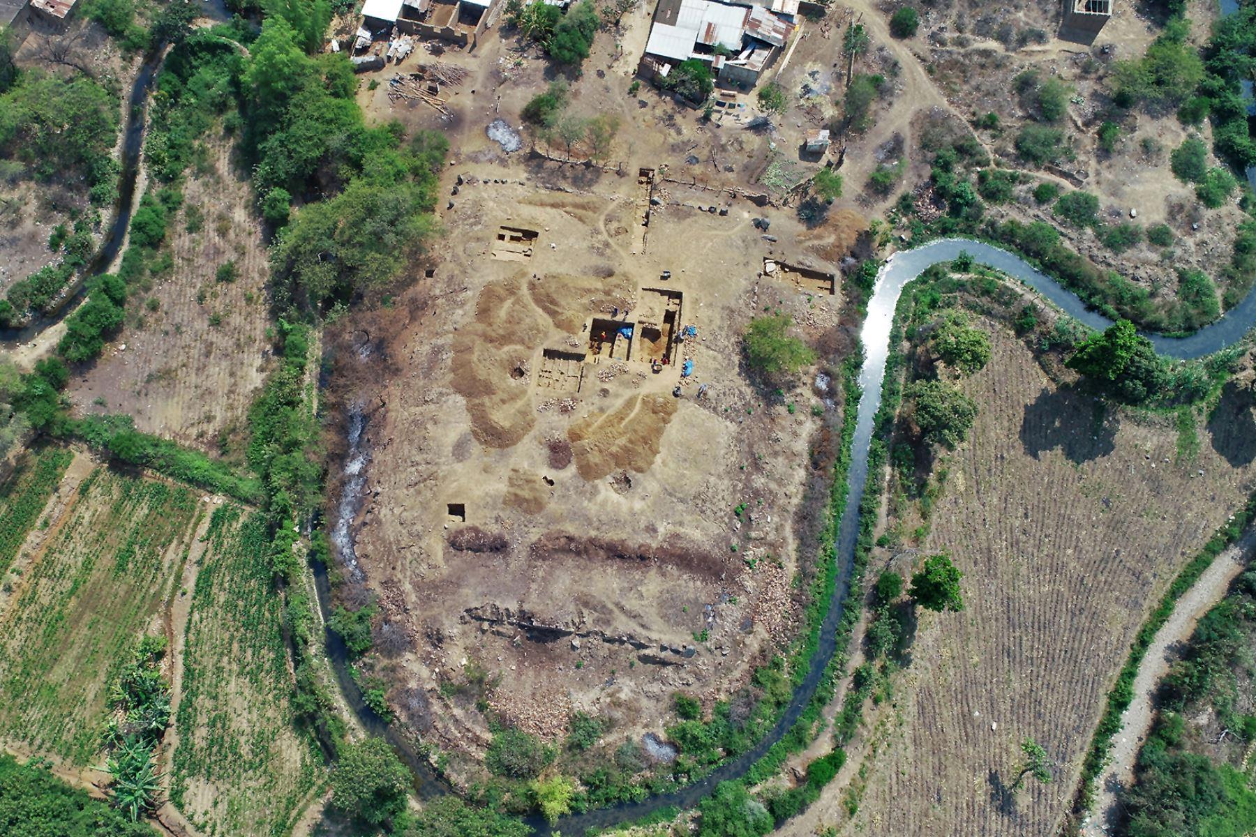 Vista aérea del sitio de excavación de El Toro, donde se descubrieron restos de un templo megalítico de 3.000 años de antigüedad, en Oyotun, provincia de Chiclayo, departamento de Labayeque, Perú. El templo supuestamente se utilizó para organizar rituales paganos de culto al agua en el antiguo Perú. Foto: AFP